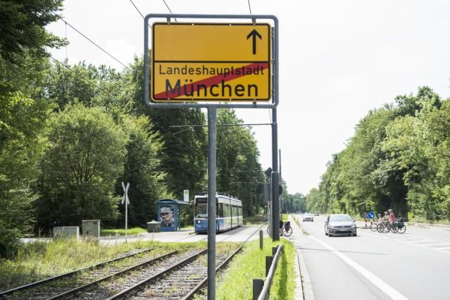 München, Grünwald, bei der Menterschwaige, Ortsschild ins gemeindefreie Gebiet, Foto: Angelika Bardehle