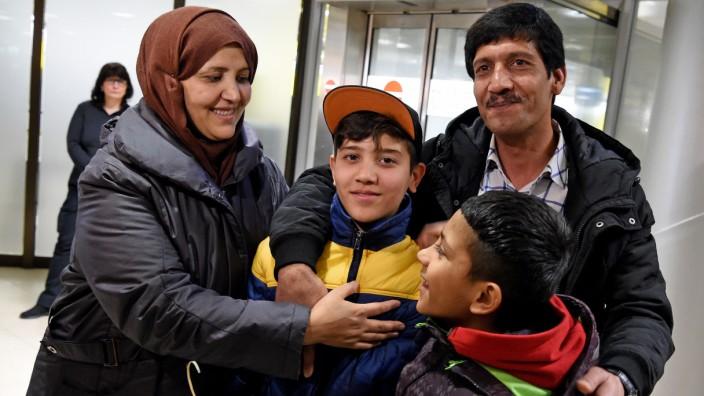 Afghanischer Flüchtlingsjunge mit Familie wiedervereint