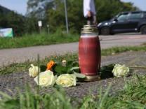 Motorrad fährt in Familie - drei Tote