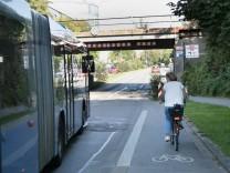 S-Bahn-Unterführung an der Werinherstraße. Hier soll ein provisorischer Radstreifen gebaut werden.