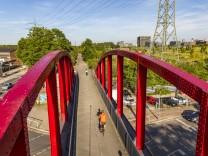 Radweg Gehweg auf einer ehemaligen Bahntrasse in Essen Altendorf Rheinische Bahn Teil des RS1 R