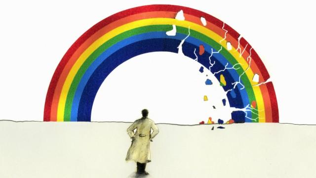 Mann im Trenchcoat schaut auf brechenden Regenbogen PUBLICATIONxINxGERxSUIxAUTxONLY GaryxWaters 1159