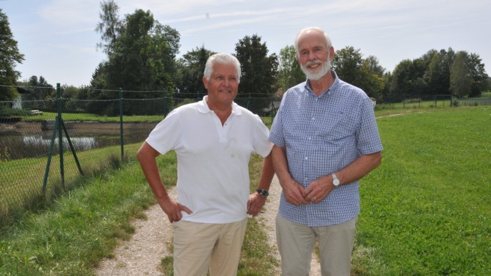 Deininger Bürgerinitiative Rettet Deining vor Spekulanten vor dem Grundstück an der Hochstraße, links Norbert Fuchs, rechts Hugo Spitz