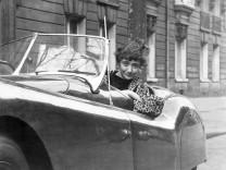 Francoise Sagan in ihrem Jaguar, 1954