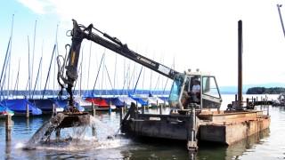 Verschlammter Hafen wird ausgebaggert; Schwimmbagger am Starnberger See