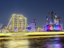 Die Elbphilharmonie illuminiert in Regenbogenfarben zum Christopher Street Day in Hamburg Deutschla