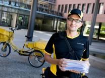 Postbote, Briefträger Christian Hufsky mit Fahrrad in der Landsberger Straße Höhe Hausnummer 300