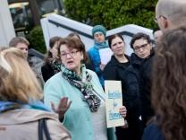 Mangel an Hortplätzen, Burmesterschule Freimann, Burmesterstraße 23. Treffen von Schulreferentin Beatrix Zurek und Bürgermeisterin Christine Strobl mit Eltern.