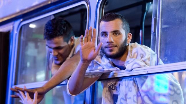 Ungarn schickt Flüchtlinge in Bussen zur Grenze