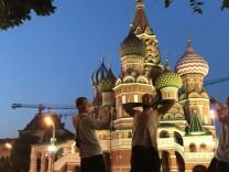 Askan von Schirnding, der im Sommer 2017 von Kochel am See nach China auf dem Rad fährt. Hier ein Gruppenbild vor russisch-orthodoxer Kirche mit (von links) Lasse Kurz, Michael Drs und Askan von Schirnding