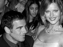 """Das Model Eva Herzigowa trifft mit ihrem Mann Tico Tores am Dienstag abend (21.10.97) im Londoner Westend zur Eröffnung des """"Fashion Cafes"""" ein."""