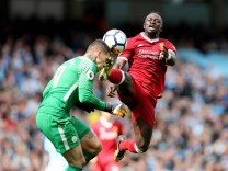 Bilder des Tages SPORT Ederson of Manchester City collides with Sadio Mane of Liverpool lduring th