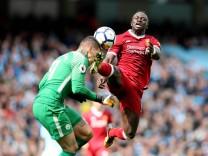 Bilder des Tages SPORT Ederson of Manchester City collides with Sadio Mane of Liverpool lduring th