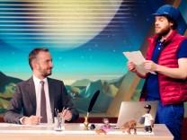 """: Der """"Beefträger"""" Florentin Will bringt Jan Böhmermann im """"Neo Magazin Royale"""" die aktuelle Hass-Post vorbei (von rechts). Bild: ZDF/ Julia Hüttner"""