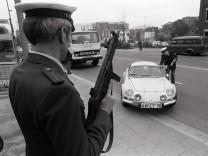 Schwerbewaffnete Polizisten kontrollieren im Rahmen einer Ringfahndung nach den Mördern von Hanns Ma; imago52063649h