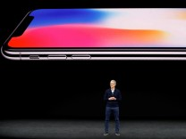 Apple-Chef Tim Cook und ein iPhone
