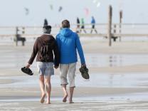 Spaziergänger am Nordseestrand in St. Peter-Ording
