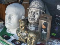 Souvenir Shop Köpfe von Mussolini und faschistische Symbole im Schaufenster Verherrlichung des Fas