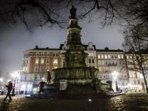 Polizeiauto fährt Streife am Hansaplatz Samstag Abend am Steindamm im Hamburger Stadtteil St Geor