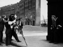 """DER LETZTE MANN; """"Der letzte Mann"""": F.W. Murnau (2.v.l.), Robert Baberske (3.v.l.), Emil Jannings (rechts) (Dreharbeiten)"""