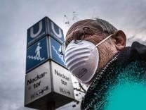 Stuttgart am Neckartor Demo der Umweltaktivisten gegen Autoverkehr und fuer saubere Luft Demo am