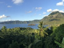 Marquesas Inseln Blick auf die Verräterbucht mit Mont Temetiu