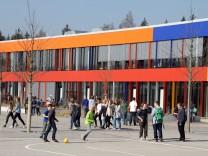 Die neue Realschule mit Pausenhof