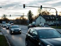 Pasinger Straße zur Rush Hour, Ausfahrt Gräfelfing von der A 96, Blick Richtung Süden. Kreuzung Lochhamer Str, bzw. Kleinhaderner Weg