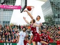 l r im Zweikampf Aktion mit Gustavo Ayon 14 Real Madrid und Anton Gavel 25 FC Bayern Basketbal