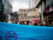 Deutschland Berlin 16 09 2017 Gegendemonstranten stehen hinter einer Absperrung Unter dem Motto