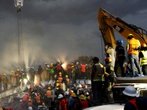 Rescue workers and Mexican soldiers take part in a rescue operation at a collapsed building after an earthquake at the Obrera neighborhood in Mexico City