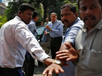 Familienoberhaupt Ratan Tata steigt aus dem Auto
