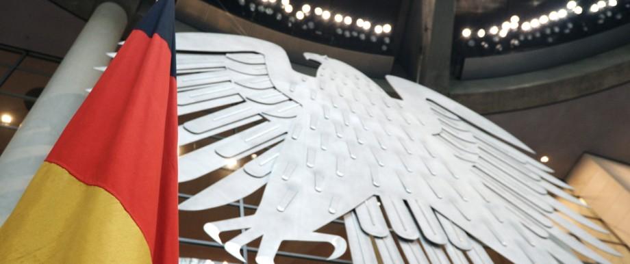 Deutsche Flagge und Adler im Plenarsaal des Bundestages