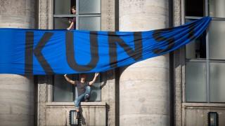 Besetzung Volksbühne Künstler und Aktivisten des Kollektiv Staub zu Glitzer besetzen die Volksbühne