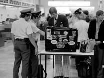 Verschärfte Polizeikontrollen nach dem RAF Entführung von Hanns Martin Schleyer am Flughafen in Stut