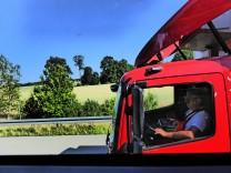LKW Fahrer im Führerhaus auf der Autobahn Truckdriver