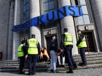 Polizei in besetzter Berliner Volksbühne