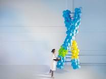 Einfache Darstellung der DNA: die gelben und grünen Stellen stehen für eine revolutionäre Methode - die Gen-Schere CRISPR/Cas.