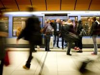 Fahrgäste am U-Bahnhof Marienplatz in München, 2017