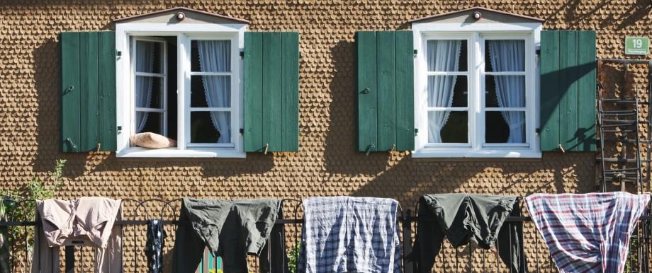 Wäsche trocknet vor altem Allgäuer Bauernhaus