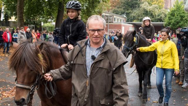 Opa holt seine Enkel mit dem Pferd aus der Schule ab