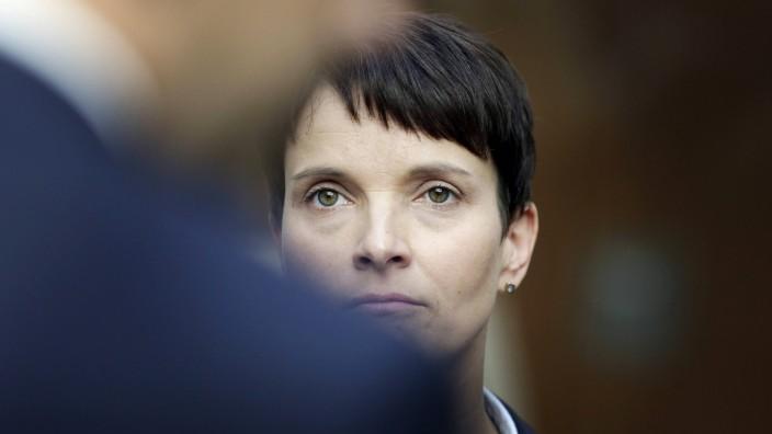 Frauke Petry Bundesvorsitzende Afd Alternative fuer Deutschland wartet auf den Beginn einer Press