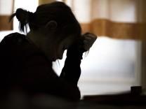 Verzweifeltes Maedchen beim Lernen waehrend des Unterrichts Feature an einer Schule in Goerlitz 03