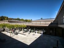Einweihung von Neubau für Bildungsmodellprojekt Kardinal Marx segnet Räume für Kita und Grundschule im Pater-Rupert-Mayer-Schulzentrum in Pullach