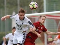 Daniel Steimel re SV Heimstetten gegen Christoph Dinkelbach SV Pullach Fussball Beyernliga; Fußball