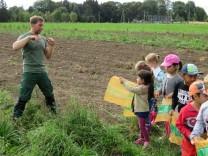 Michael Stark, Verwalter des Gutes Riem, bei pädagogischer Aktion mit Kindern