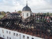 Ehemaliges Jugendzentrum in Flammen
