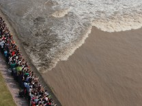 171007 HAINING Oct 7 2017 People watch one line tidal bore of the Qiantang River in Yangu; Haining Bore