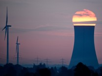 Sonnenaufgang am Kohlekraftwerk