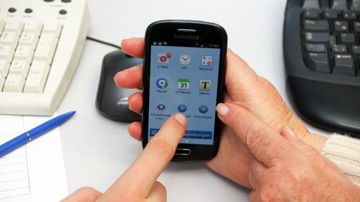 Smartphone in Seniorenhand; Smartphone in Seniorenhand
